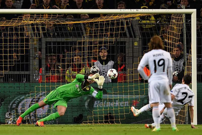 Ronaldo sofre no banco mas Real passa às meias-finais