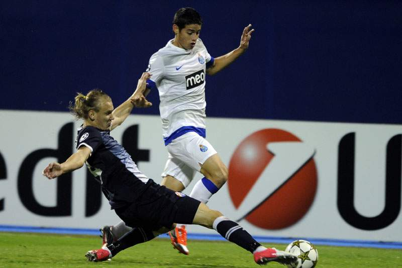 Domagoj Vida disputa a bola com James Rodríguez do FC Porto