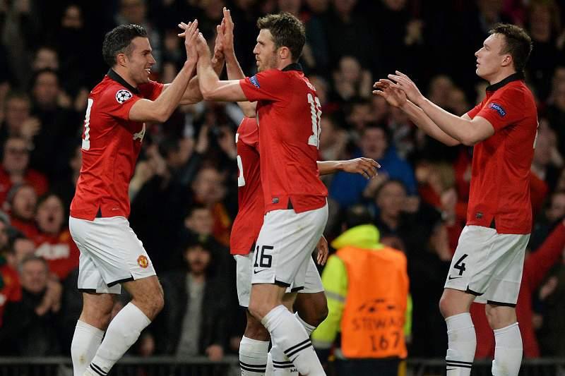 Tri de Van Persie coloca United nos 'quartos'