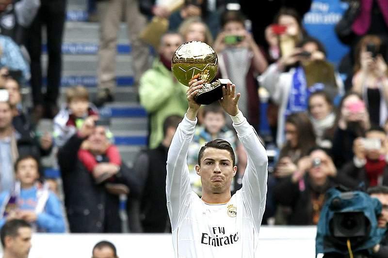 Cristiano Ronaldo exibe Bola de Ouro no Santiago Bernabéu