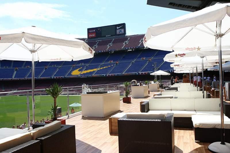 Um lounge com cerveja e tapas em Camp Nou
