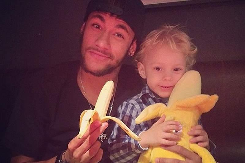 Redes sociais enchem-se de bananas em apoio a Daniel Alves