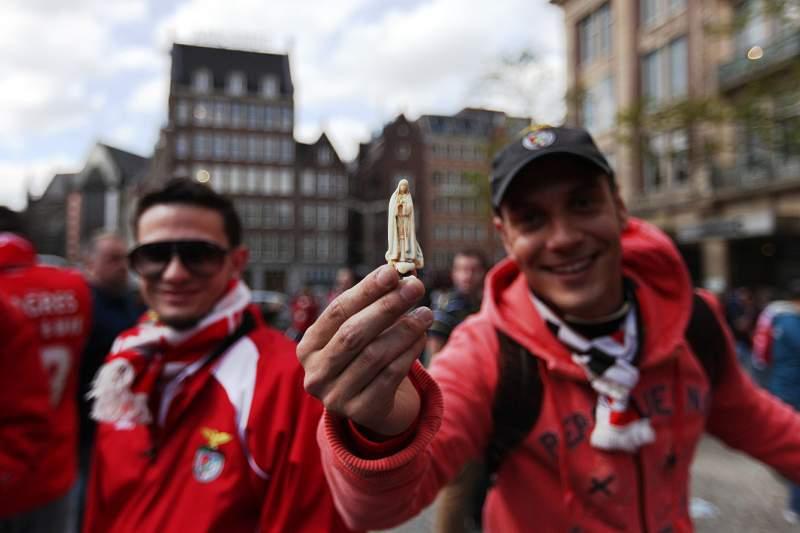 Adeptos do Benfica agradecem campeonato e têm fé na conquista da Liga Europa