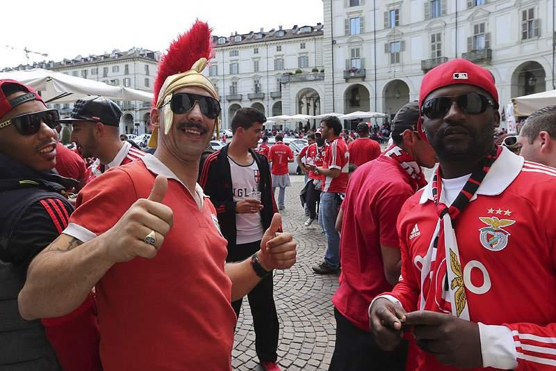 Estudantes em Coimbra cabisbaixos, após derrota do Benfica