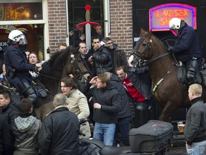 Adeptos de Ajax e Manchester em confrontos