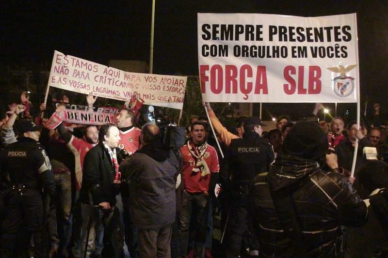 Apoteose na chegada do Benfica a Portugal