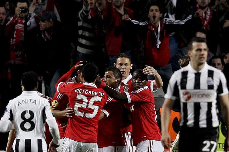 Benfica sofre mas chega às meias finais