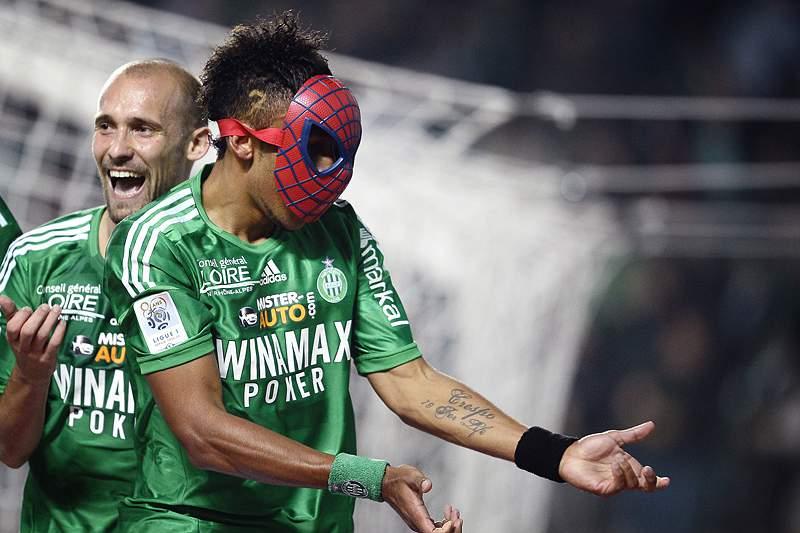 Aubameyang com uma máscara do homem-aranha