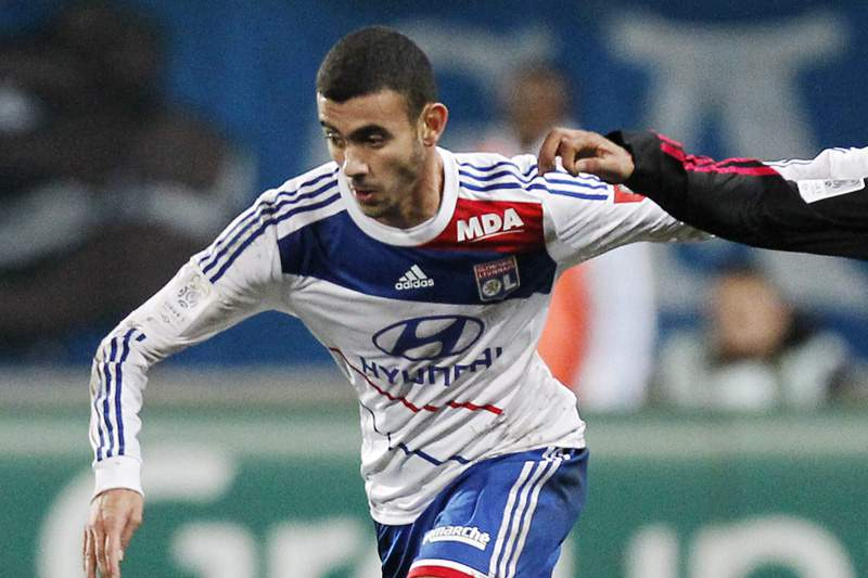 Lyon vence e pressiona líder PSG