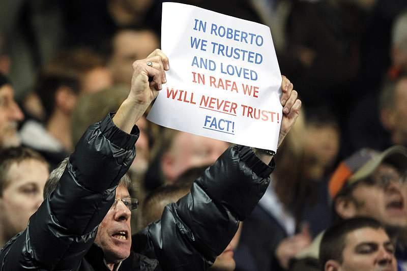 Rafa Benítez assobiado na estreia em Stamford Bridge