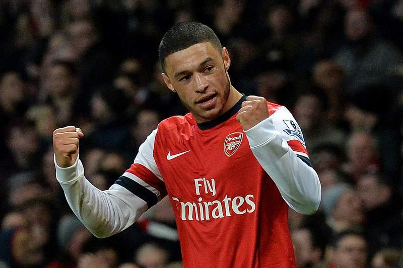 Oxlade-Chamberlain coloca Arsenal na liderança