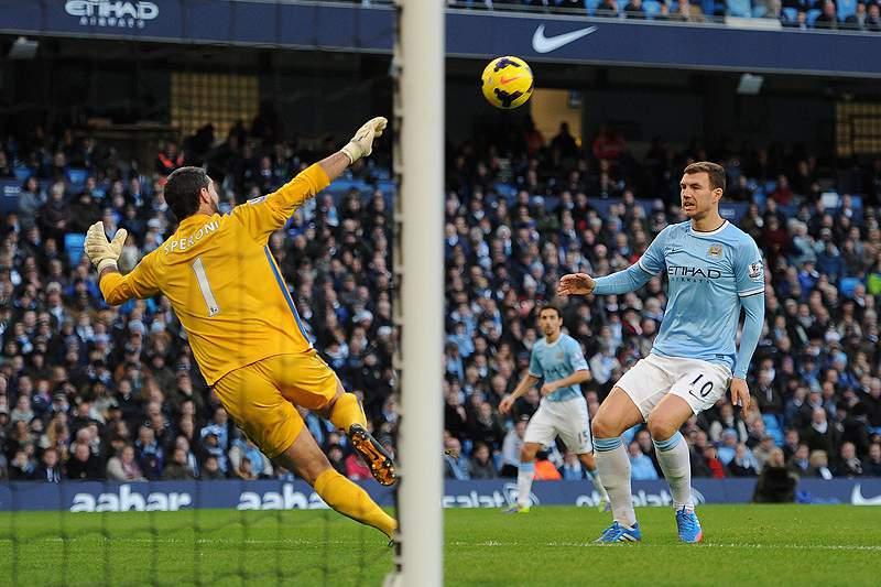 Clubes de Manchester vencem pela margem mínima