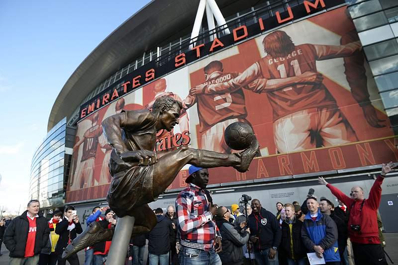 Arsenal inaugura estátua de Bergkamp no Estádio Emirates