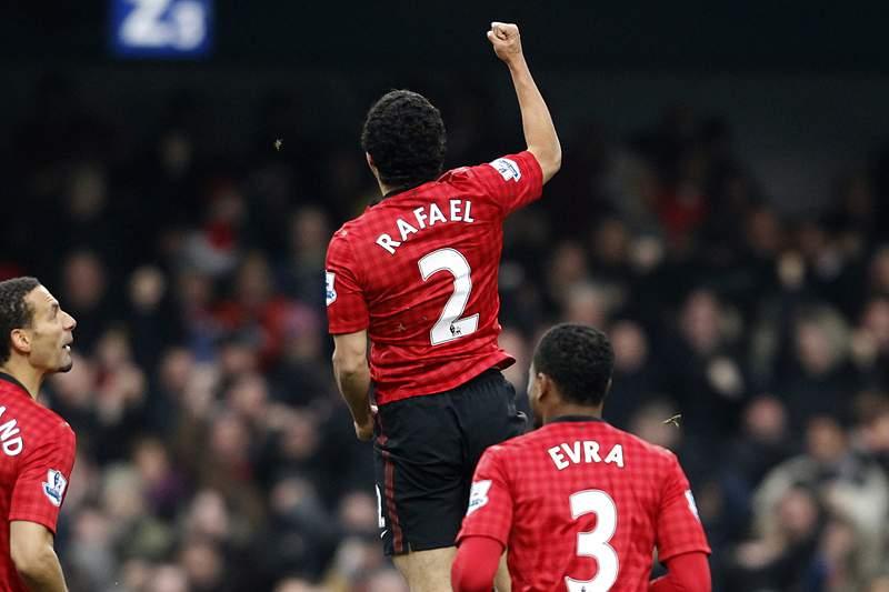 Manchester United soma e segue