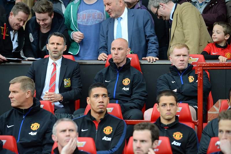 Manchester United goleia na estreia de Giggs