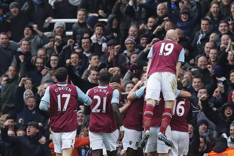 West Ham atrasa Chelsea de Benitez