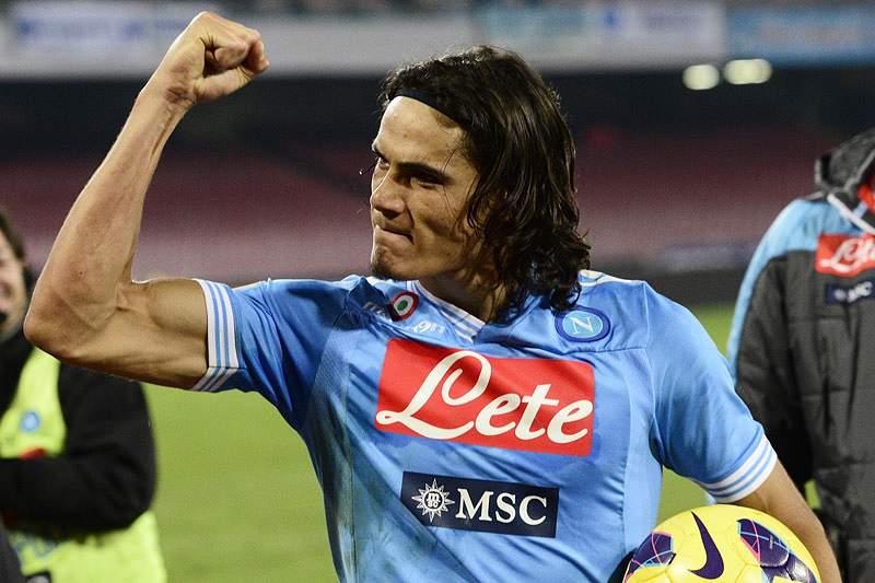 Nápoles vence com hat-trick de Cavani