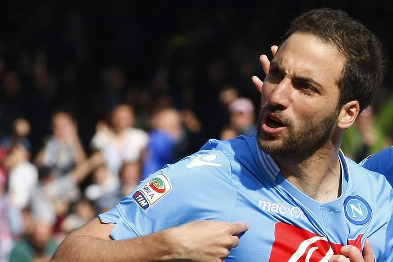 Nápoles vence e garante pré-eliminatória da Champions