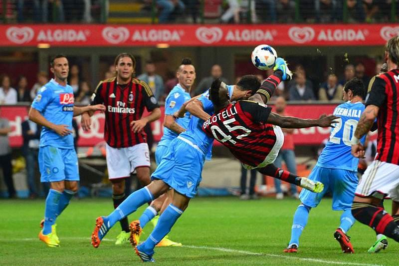 Nápoles vence fora AC Milan e reassume liderança
