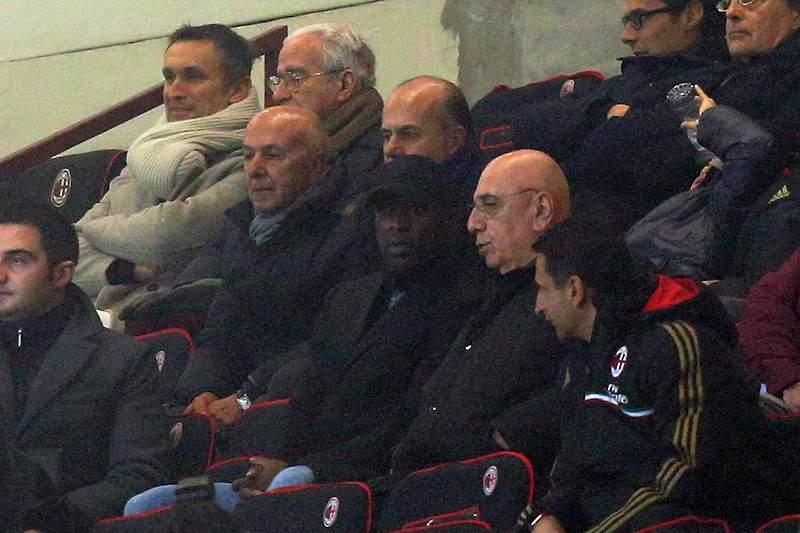 Seedorf assina pelo AC Milan por duas épocas e meia
