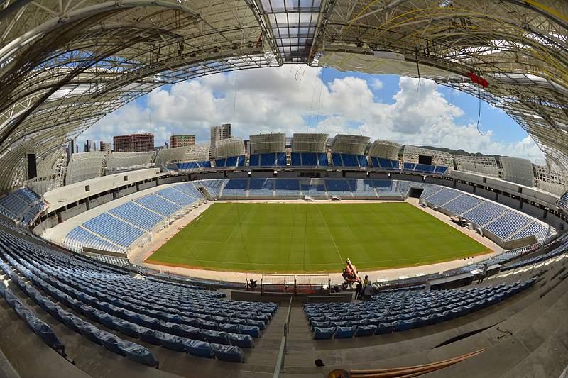 Empresário vai sozinho à vela ao Brasil para homenagear seleção de futebol