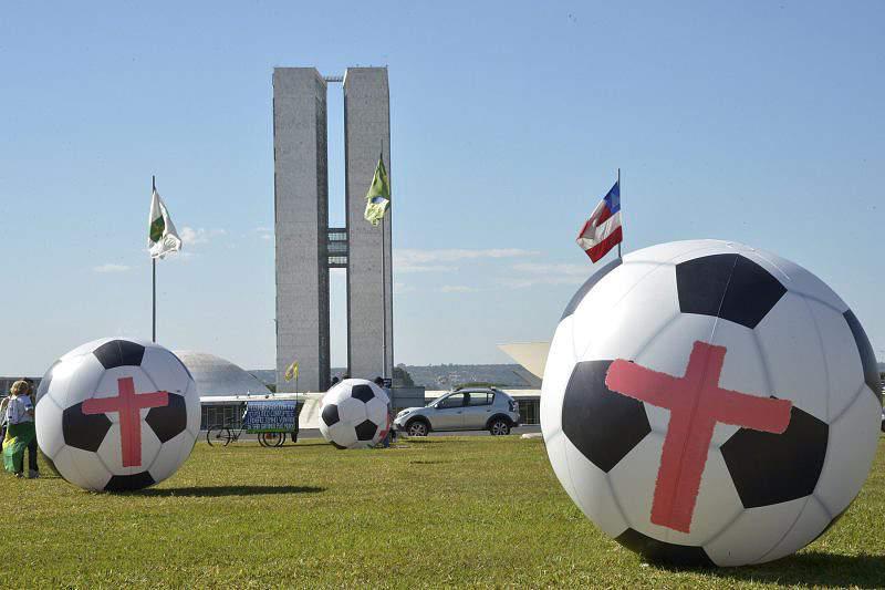Bolas gigantes colocadas entre os ministérios brasileiros em protesto