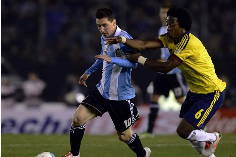 Messi e Carlos Sanchez na disputa de bola