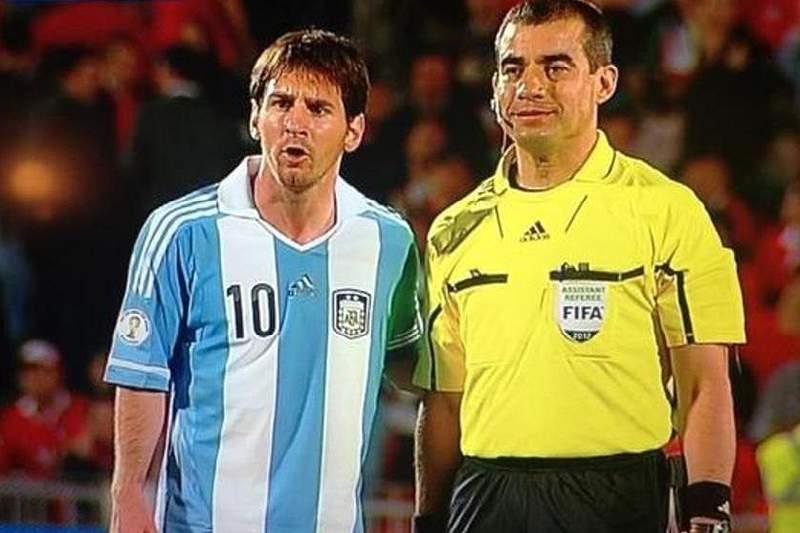 Árbitro pede foto com Messi
