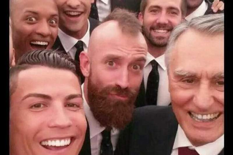 Jogadores da Seleção tiram selfie com Cavaco Silva