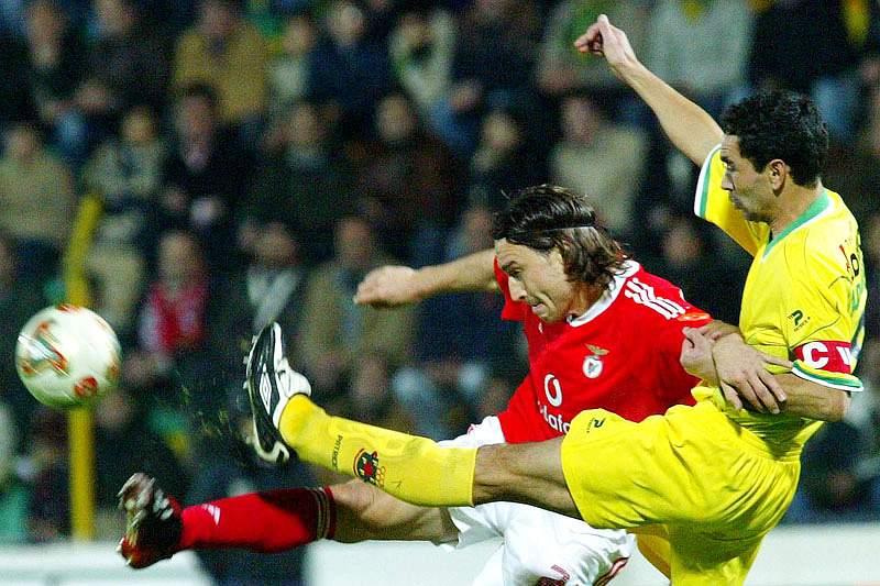 Adalberto disputa a bola com o antigo avançado do Benfica Sokota