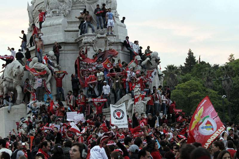 Adeptos do Benfica celebram apuramento no Marquês de Pombal