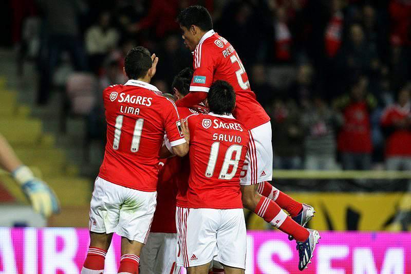 Benfica poupado já lidera sozinho