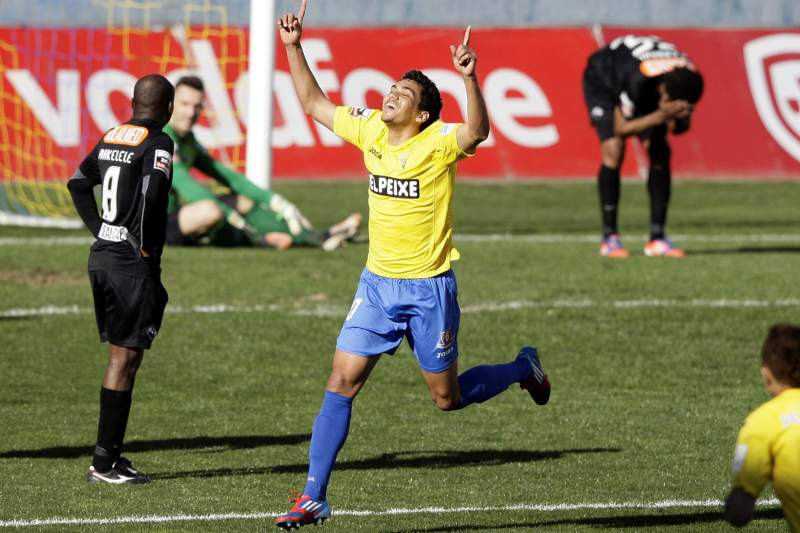 FC Porto anuncia a contratação de Carlos Eduardo ao Estoril-Praia