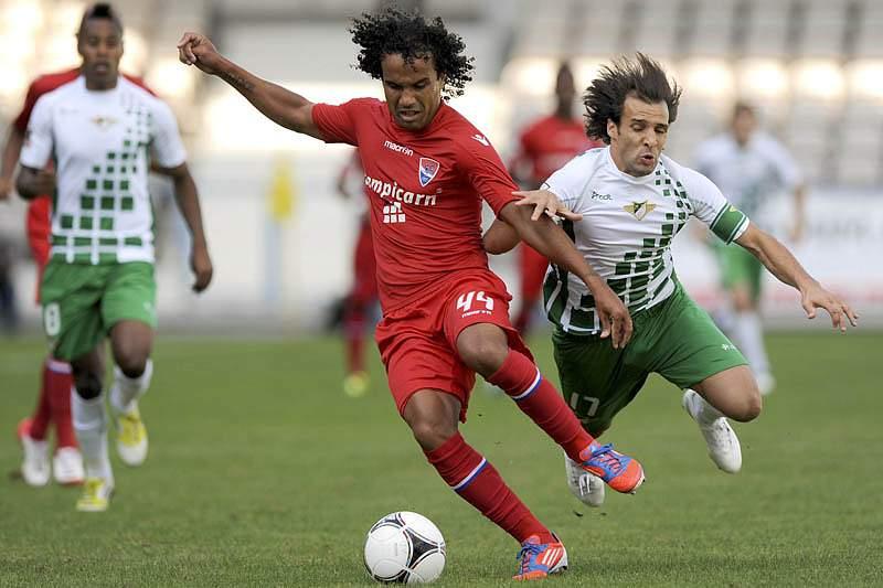 Cláudio do Gil Vicente disputa a bola com Pintassilgo do Moreirense