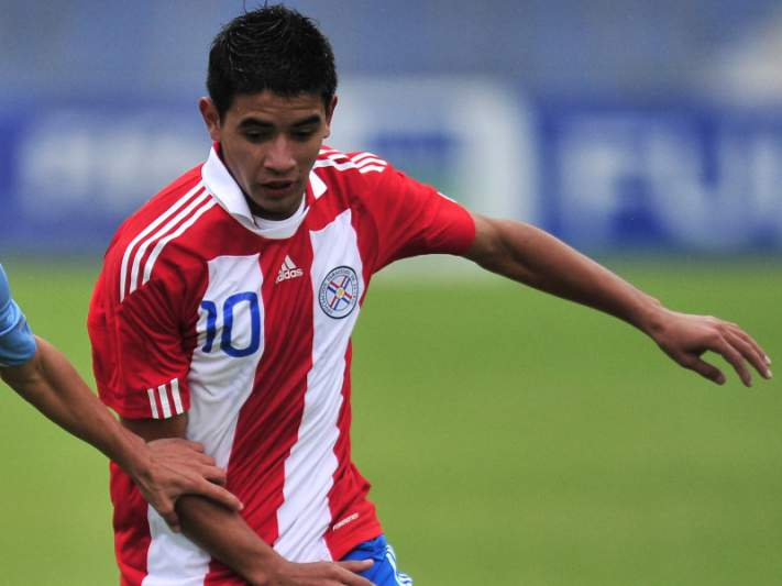 Jovem paraguaio Derlis González renova até 2018