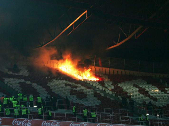 Bombeiros apagam incêndio na Luz