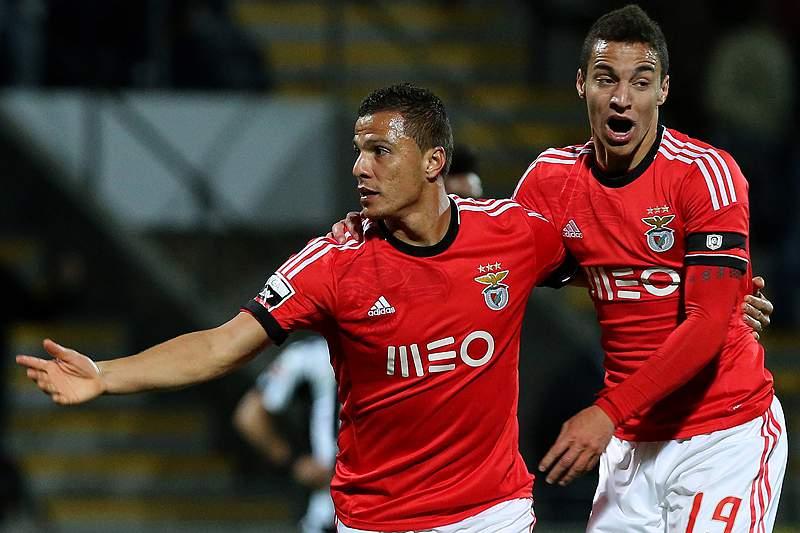 Rodrigo e Luisão fazem as manchetes