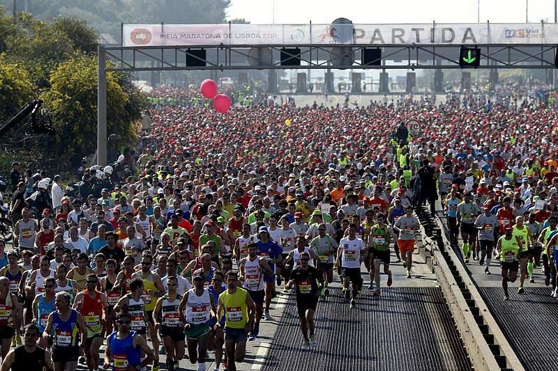 Milhares de pessoas atravessaram a ponte