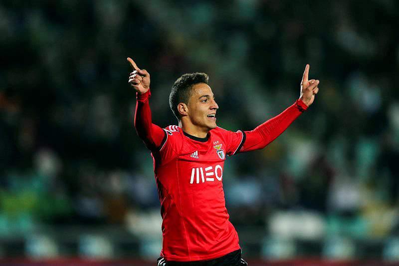 Benfica mantém-se na frente