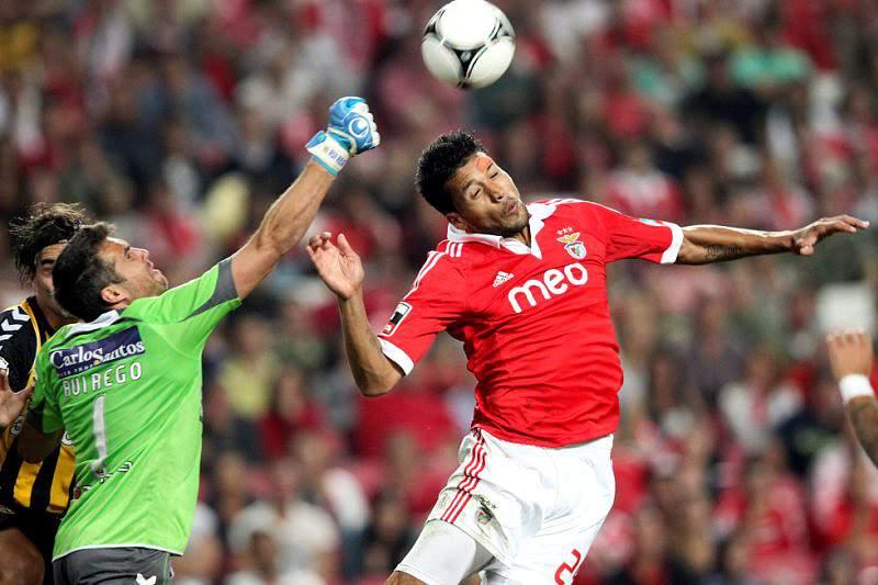 Manchester United faz último esforço por Garay