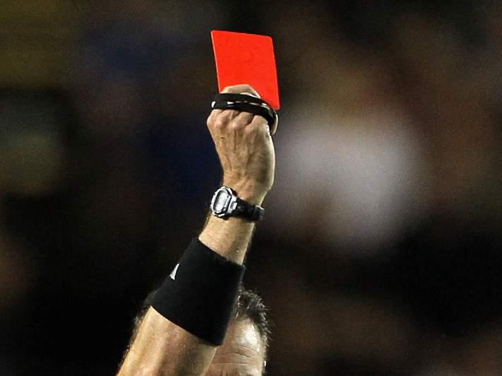 UEFA reclama fim de expulsão do defesa que comete penálti
