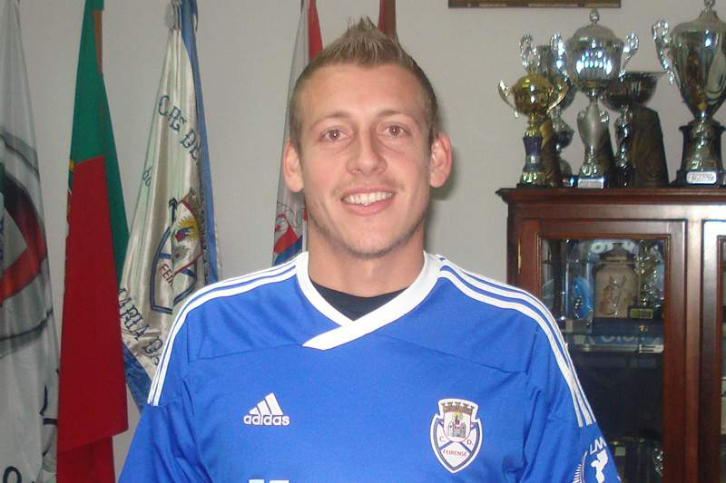 Uillian cedido ao Feirense da II Liga