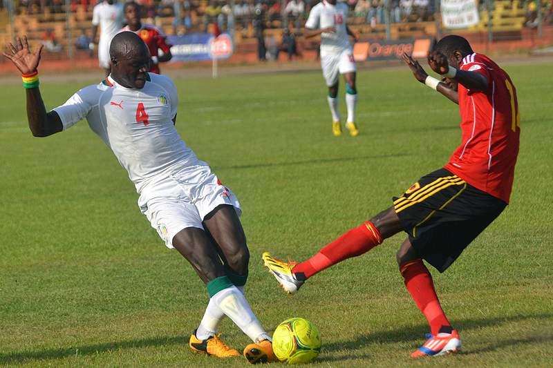 Amandio Costa disputa a bola com jogador do Senengal