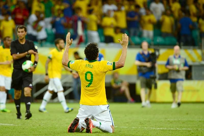 Brasil bate rival Itália num jogo polémico