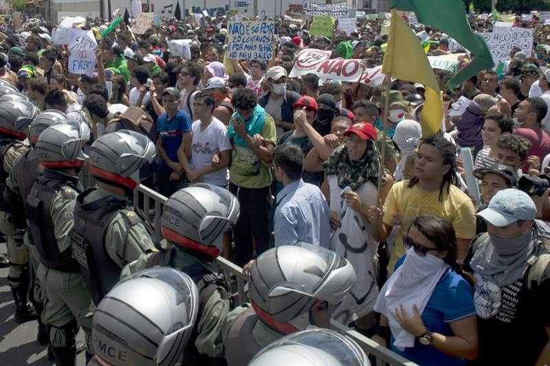 Polícias e manifestantes em confrontos em Salvador