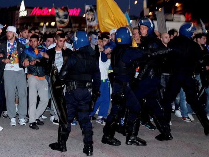 Claque do Porto chegou sem incidentes ao Estádio da Luz.