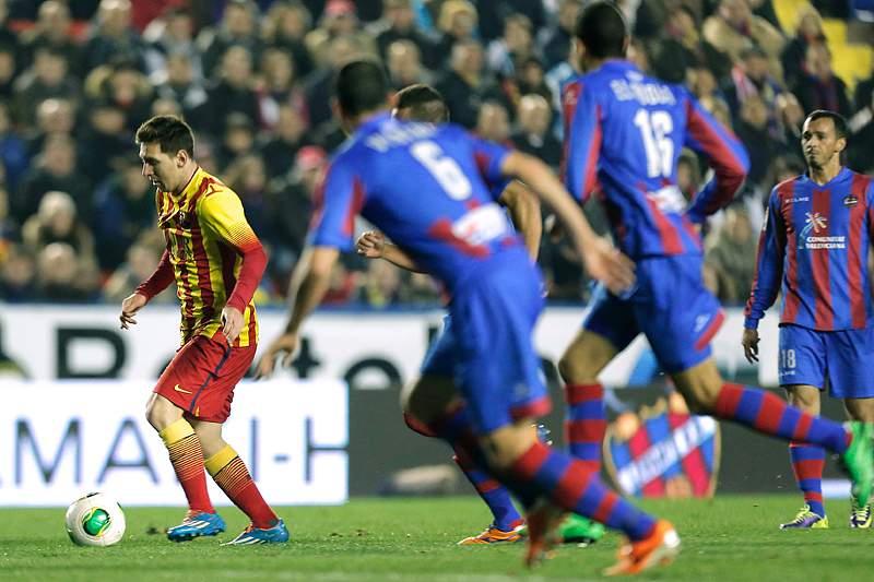 Messi com três assistências no jogo 400 pelo Barcelona