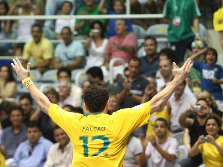 Brasil goleia e já tem Falcão