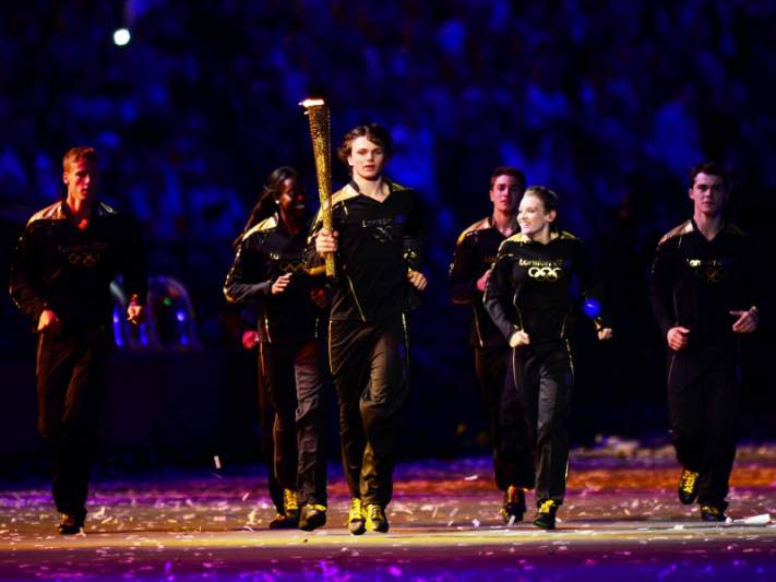 Tocha olímpica acesa por sete jovens atletas