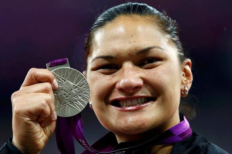 Adams recebe medalha de ouro do lançamento do peso